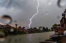В Индии молния убила более 50 человек