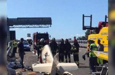 В Италии самолёт рухнул на автостраду