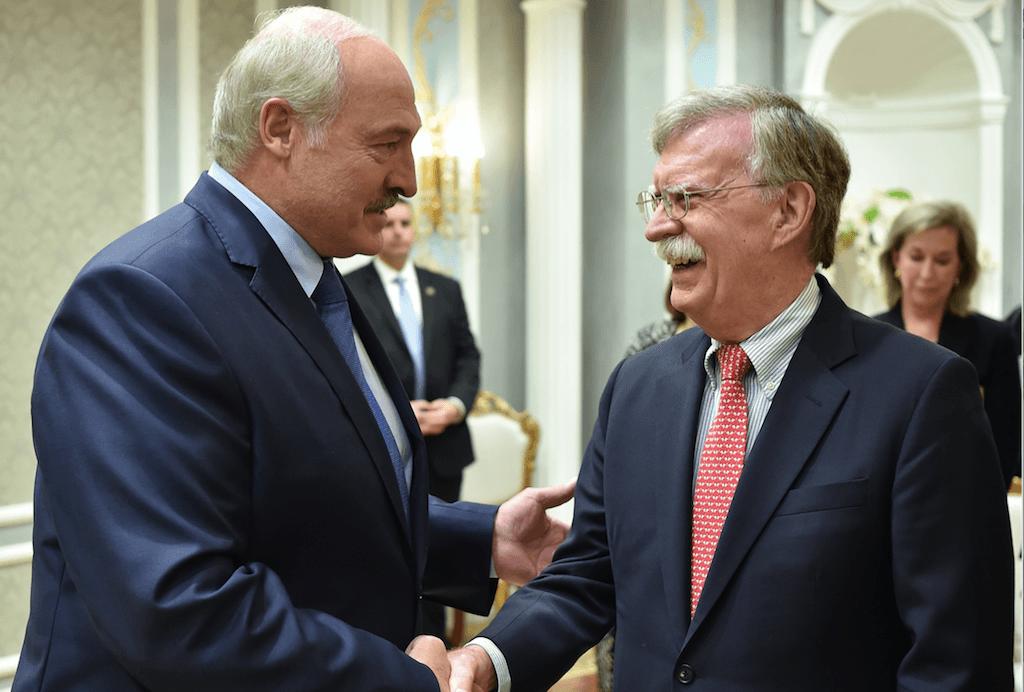 Лукашенко подарил Болтону белорусскую водку 1