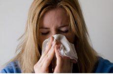 Врач рассказал в чем опасность чихания с закрытыми носом и ртом