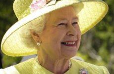 Елизавета II пошутила над туристами, которые не узнали ее на прогулке в Шотландии
