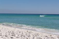 На пляж Флориды волнами вынесло килограммы кокаина