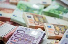 Почему российские банки начали брать комиссии за хранение евро