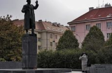 В Праге мужчина решил приковать себя цепью к памятнику маршалу Коневу