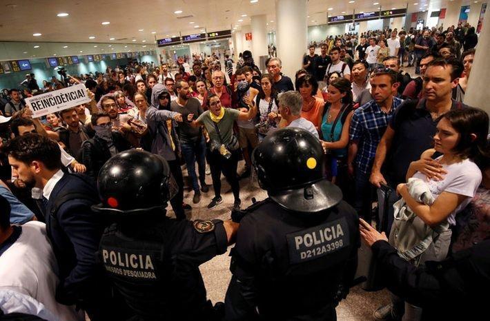 Более 10 человек пострадали во время протестов в аэропорту Барселоны 1
