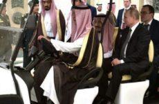 На встрече Путина с королем саудитов чиновники скрывали левые руки