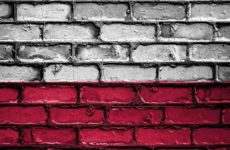 В Польше жителя Львова заставили съесть флаг украинских националистов