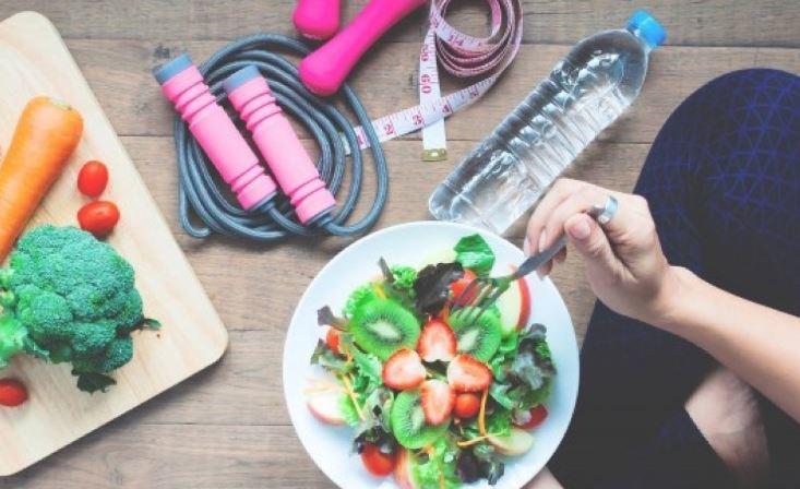 Диетологи озвучили привычки в еде, которые мешают похудеть 1