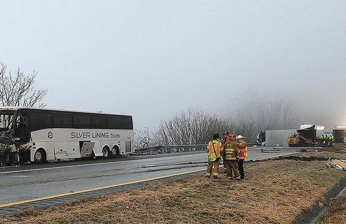 Почти 20 человек пострадали в США при столкновении автобуса и грузовика 1