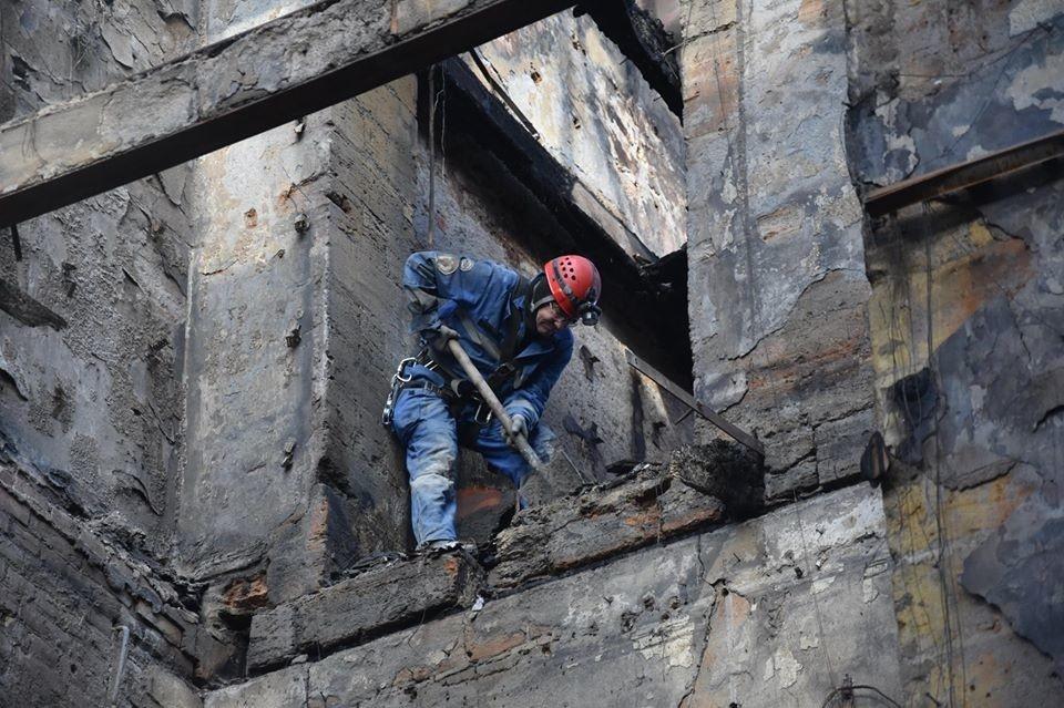 Четыре человека могут оставаться под завалами сгоревшего в Одессе колледжа 1