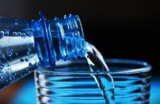Эксперты развеяли миф о необходимости выпивать 2 литра воды в сутки