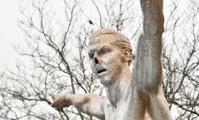 """Фанаты шведского клуба """"Мальмё"""" оставили статую Ибрагимовича без носа 1"""