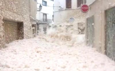 Города Испании затопила морская пена