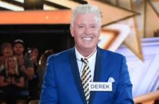 Известный телеведущий Дерек Акора умер из-за гриппа