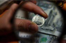 Эксперты советуют не паниковать из-за ослабления рубля и не бежать в обменники