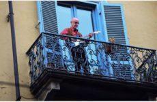 BFM TV: итальянцы поют песни, чтобы спастись от гнетущей тишины карантина