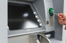 Банки сообщили о рисках заражения коронавирусом через купюры из банкоматов