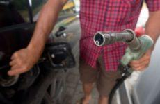 Российский эксперт рассказал, чем может обернуться снижение цен на бензин