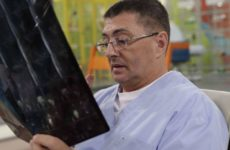 Доктор Мясников объяснил, почему пластиковые защитные экраны для лица бессмысленны