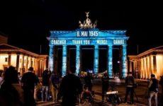 На Бранденбургских воротах в Берлине появилась надпись на русском «спасибо»