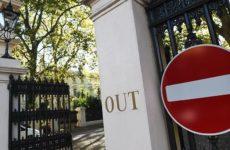 Посольство РФ потребовало от британского издания опровергнуть статью о смертности от COVID-19