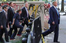 Демократы назвали трусостью поведение Трампа во время протестов