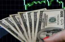 Американский экономист предсказал крах доллара в 2021 году