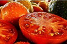 Специалист рассказал о вреде салата из огурцов и помидоров