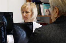 Врач поведала об опасности боли в груди у женщин