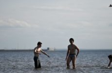Врач рассказал, можно ли заразиться коронавирусом при купании и на пляже