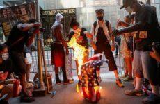 Протестующие у Белого дома сожгли американский флаг после речи Трампа