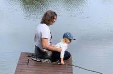 Маликов показал, как ловит рыбу с двухлетним сыном