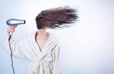 Врач-дерматолог назвала две основные причины выпадения волос