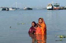 Девушка в Индии вернулась домой через неделю после собственных похорон