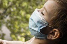 Медики назвали главную опасность ношения мокрых масок в пандемию