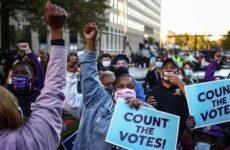 В Детройте активисты требуют прервать подсчет голосов