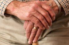 Медики рассказали, на какую болезнь указывают красные руки