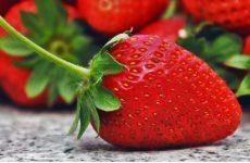Диетолог предупредила о рисках чрезмерного употребления клубники и черешни