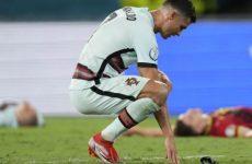 Роналду бросил капитанскую повязку на газон после поражения от Бельгии